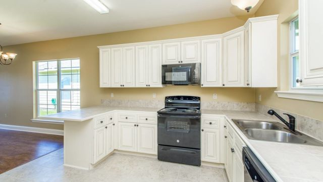 Full kitchen and appliance in the Willow floorplan